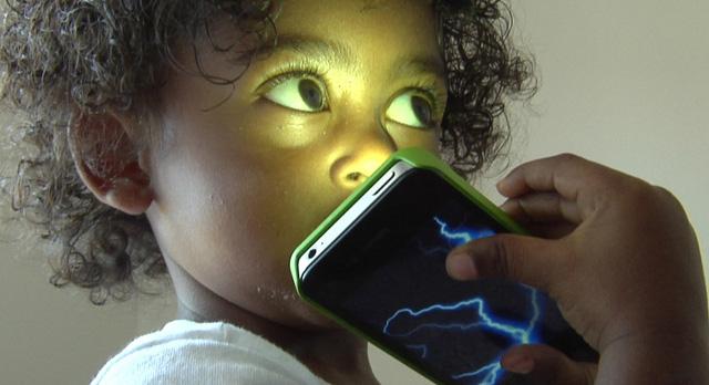 Khoa học công bố: Cho trẻ dùng điện thoại từ nhỏ dễ khiến mắc 12 loại ung thư
